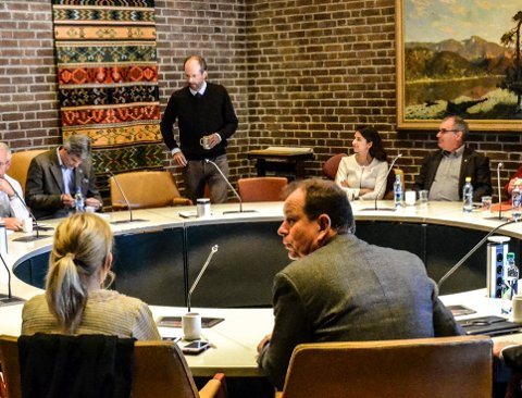 ORIENTERING: Advokat Jan Fougner (stående) møtte formannskapet sist tirsdag om varslersaken.
