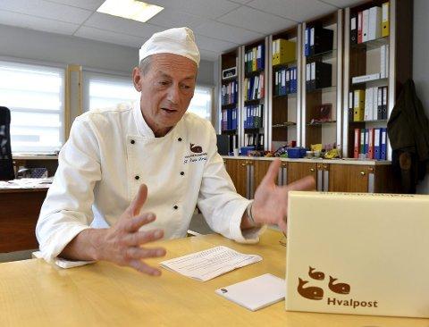 SKYLDER PÅ AVGIFT: Daglig leder Adrian Forsberg, her med faren Rolf Rune Forsberg, mener sukkeravgiften førte til negativt resultat for Hval i 2018.