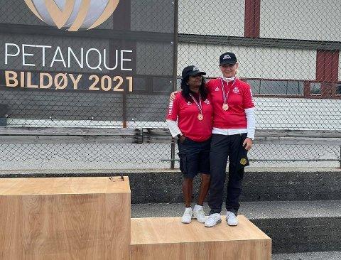 På pallen: Vina Naidu Pettersen (t.v.) og Iwona Kujawinska ble overrasket og glade da de tok bronsemedalje under helgens NM. Foto: Privat