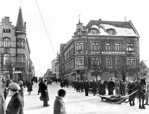 St. Marie gate i Sarpsborg i krysset med Sannesundveien og Torvet. Byens hovedgate hadde et yrende liv og et stort mangfold på 1920-tallet, da den var fylt opp med butikker, slakterforretninger, kafeer, og flere bakerier. (Foto: Christian Emil Larsen/ Østfold fylkes billedarkiv)