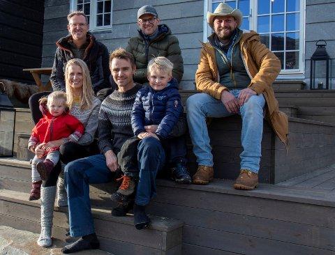 EVENTYRLIG OPPUSSING: Halvor Bakke, Gustav Brustad-Nilsen og Ole Rosén-Lystrup har pussa opp hytta til Benedicte Elisabeth Stedje og Jon Olav Stedje på Tyinosen på grensa mellom Vang og Årdal.