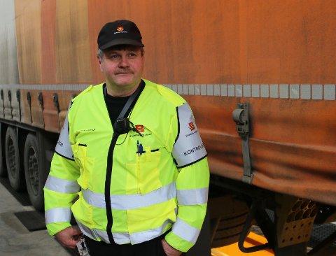 KONTROLLØR: Jan Ove Bjørgum, her på ein tidlegare kontroll, seier det var krevjande å driva kontroll med mykje vegarbeid og manuell dirigering i området rundt Håbakken.