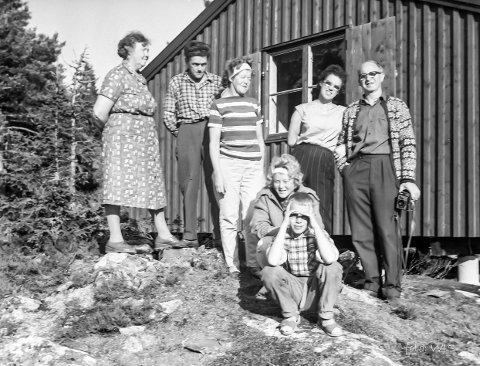 På ferietur til «Byahøttan» i Sætervika i 1961. Fra venstre er Helga Kvam, Georg Thorshaug, Brynhild Thorshaug, Mary Skjemstad og Magne Kvam. Foran sitter Odd Georg Skjemstad og Margit Thorshaug.