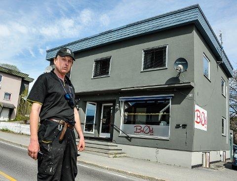 IKKE IMPONERT: Olav Sæther eier det gamle telegrafbygget i Bø. Som en del av den nye sentrumsplanen har kommunen foreslått å frede bygget. - Det er helt hål i hue, sier Sæther.