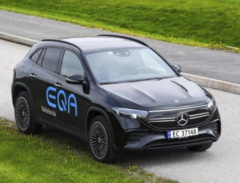 STILIG: Fra siden kan Mercedes-Benz EQA 250 virke anonym, men både grillen og hekken med lysstripen trekker opp og gir bilen særpreg. foto: fredrik strøm