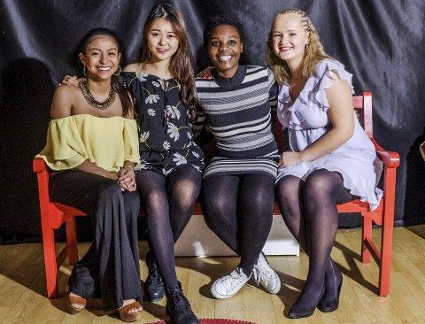 Romkameratene: Melany fra Panama (f.v), Emrys fra Kina og Chelsea fra Zimbabwe bor Margrete Hovda på rom med, her er de på skolens julemiddag.