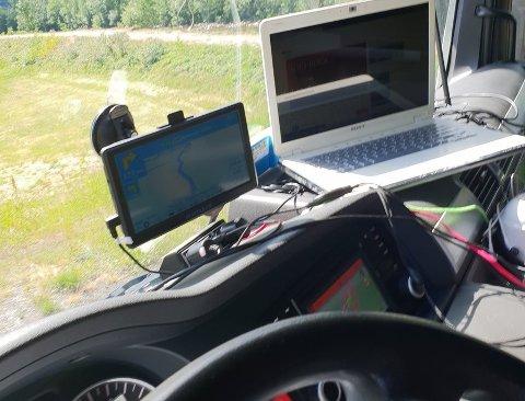 ULOVLIG: Statens vegvesen har ikke sansen for løsningen med å bruke pc mens man kjører tungtransport.