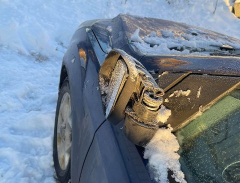 SMADRET: Slik så bilen til Ida Eltvik ut da hun kom ut til bilen sin etter jobb torsdag ettetmiddag. Hele speilet må trolig byttes etter påkjørselen.