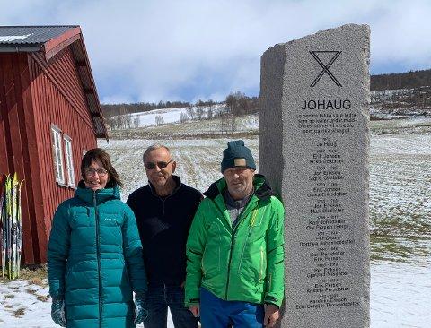 MORSOM OPPGAVE: - Det er artig å jobbe med og i stein, sier Jørgen Høyland, her sammen med foreldrene til Therese Johaug, Gro og Thorvall.