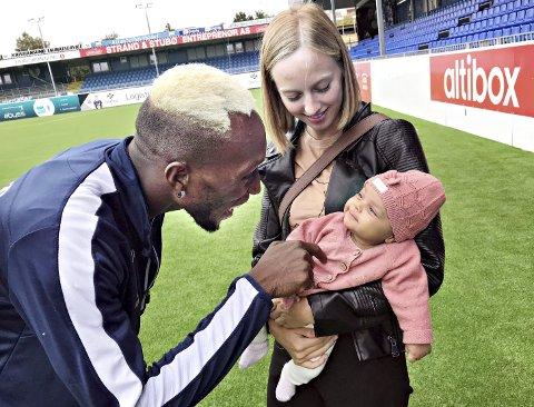 Daouda Bamba forteller at han selv ikke ble så syk, men at kjæresten - Frida Mikalsen Strøm fra Kristiansund - ble veldig syk. Her er de to, sammen med deres datter Eliana, fotografert på Kristiansund stadion i sommer.
