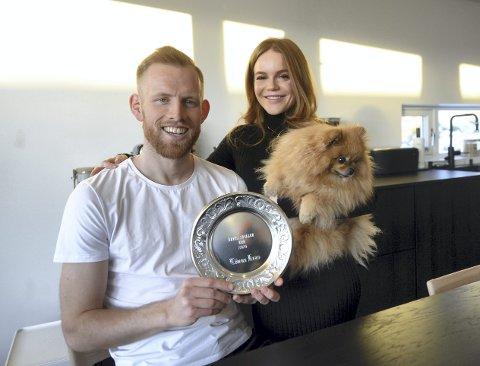 I nytt hjem: Dan Peter Ulvestad og Marte Megard har kjøpt eget hus på Skorpa. Både fotballspilleren, hans samboer og bikkja Lutzie trives i sitt nye hjem på Goma.