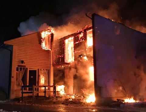 DØDELIG BRANN: 16. desember 2017 begynte det å brenne i en leilighet i dette kommunale rekkehuset i Horten. Brannen spredte seg og en person omkom, mens 8-10 personer ble husløse. I bygget var det ikke gjennomført branntilsyn.