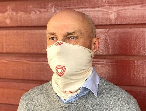 KORONAHALS: Svein Johansen i Aviation and Survival Support på Vear har en hals som beskytter mot koronavirus.