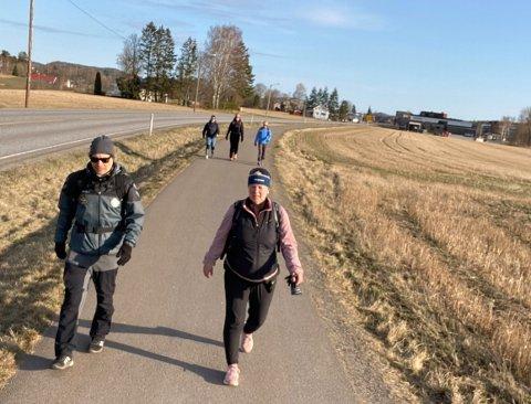 MARATON-UTFORDRING: Her er lærerne på vei fra Revetal. 42 kilometer ventet dem.