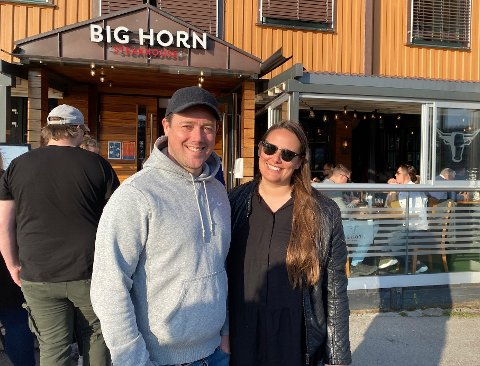 LEI: Gunnar Berg og Charlotte Fossum er lei av å gå tur og sitte hjemme, nå gleder de seg til å få middag servert på en restaurant. Valget ble Big Horn i kveld.