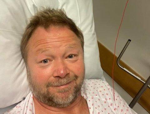 SYKEHUS: Thomas Nyland havnet på sykehuset etter et vepsestikk. Her her han i sykesengen etter akuttbehandlingen.