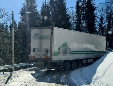 TRANGT: Det utenlandske vogntoget står fast i en sving på fylkesvei 6924 ved Follevatnet i Malm.