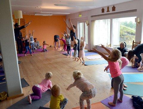 Yoga og Familiefestival: Instruktør Ingebjørg Vesaas frå Telemark viser alle borna og nokre av mødrene korleis yogaen skal gjerast.