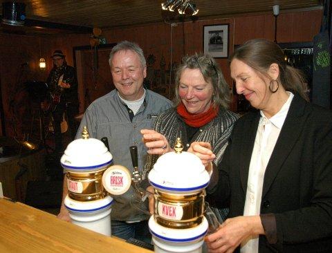 Musikk og øl: Bak til venstre trubadur Roger Lindhjem, medan bryggjar Egil Bjørsland og dei faste skjenkedamene Inger Norunn Solhaug og Rønnaug Lien Poulsen tappar øl.