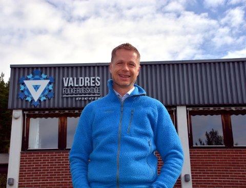 Valdres folkehøgskole: Rektor Jens Rindal kom til Valdres i 2007, men har arbeidet med folkehøgskoler siden 1994. Etter ti år på Leira kan han se tilbake på en jamn vekst og pågang av elever. For kommende skoleår presser han grensene så langt han kan for å imøtekomme alle som har lyst på skoleplass.Arkivfoto: Marit Beate Kasin