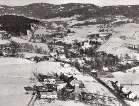 SENTRAL BELIGGENHET: Flyfotoet av Rotnes-området er tatt rundt 1950, og det er lett å se at Hjørnet ligger sentralt til ved riksveien og Gamleveien. (Foto lånt av Frode Løvlie)