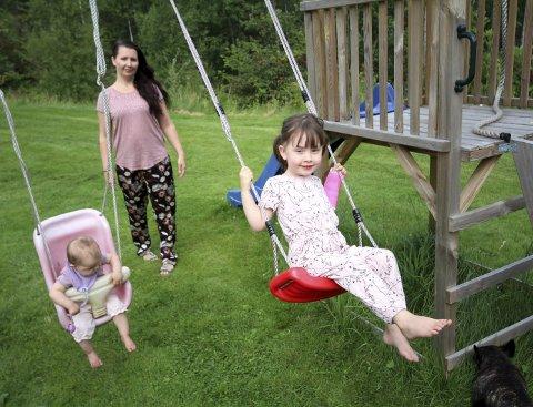 Leker: Amanda (9 måneder), mamma Anne Cathrine Wilson (35) og Olivia (3) i hagen på Nesodden.Foto: Marte Marie Frisell