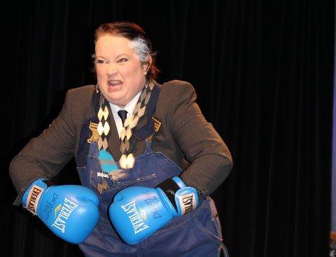 Overbevisende: Damen som slo knockout i rollen som tidligere Frogn-ordfører Haktor Slåke, går ikke vanligvis med boksehansker, til det er hun alt for snill.