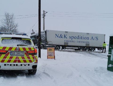 SPERRER KRYSSET: Denne lastebilen kjørte seg fast på fv. 152 ved Extra i Idrettsveien mandag formiddag.
