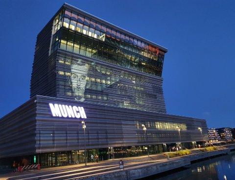 TEST: I august ble det gjort tester med lyseffekter på fasaden til Munchmuseet. Nå håper de å få tillatelse til å bruke det under åpningen. Foto: Merete Agerbak-Jensen