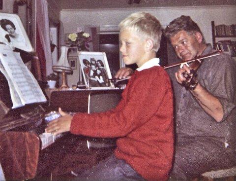 MED PAPPA: Rune Alver spelar piano saman med pappa Rasmus på fiolin.FOTO: privat