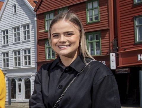 PSYKISK HELSE: Linnea Løtvedt designar sine eigne klesplagg. Dei skal representere viktigheita av psykisk helse.