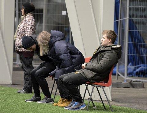 På sidelinja: Alexander Iversen synes det er urettferdig at alt av penger i Rana FK går til administrasjon og trenere.