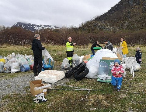 Ryddet opp: Både voksne og barn stilte på dugnad for å rydde opp etter ulovlig avfallsdumping  på Engeløya i Steigen.