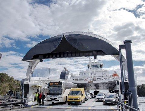 FERGEN: Det går nesten 3000 biler hver dag på fergen mellom Halhjem og Sandvikvåg. Dette tror vegvesenet vil tidoble seg om det kommer en bro. FOTO: EIRIK HAGESÆTER