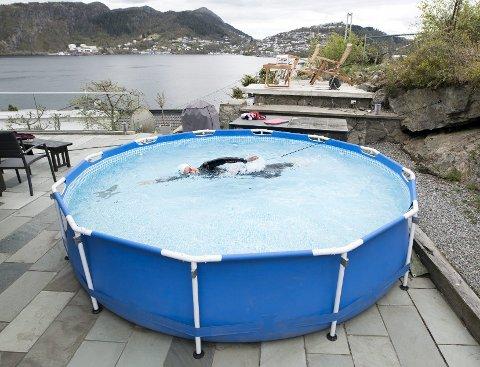Nå som alle svømmehallene er stengt ned, har Stine Dale (21) fra Askøy satt opp et basseng på terrassen for å holde svømmeteknikken ved like - og kanskje nå OL-drømmen.