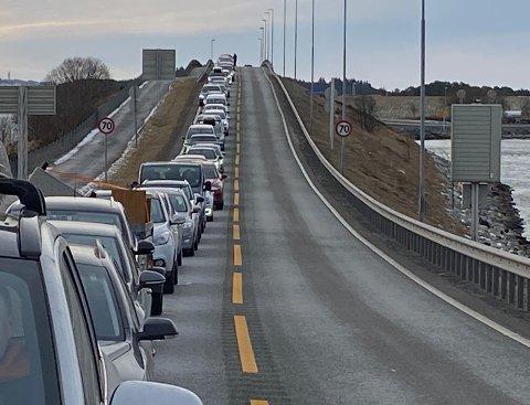 Det er mye kø på E39 i forbindelse med stengt tunnel.