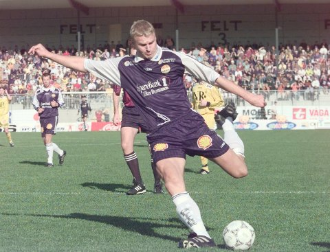 TOK SEG HELT TIL CUPFINALE: Til tross for en smått utrolig hendelse mot Mjøndalen i andre runde, tok Jostein Flo og Strømsgodset seg helt til cupfinalen i 1997. Her fra semifinalen mot Bodø/Glimt.