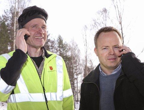 TRENGER VEDTAK OG PENGER: Espen Lysaker (t.v.) og Lars Andre Wallumrød fra Nedre Eiker kommune samarbeider med nabokommunene om å bedre mobildekningen i Finnemarka.