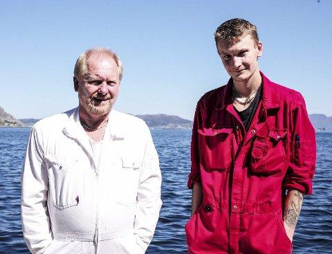 FAR OG SON: – Eg er klar til å gi frå meg ansvaret når han er klar, seier Rune Stave om sonen Peder. Foto:Jørn-Arne Tomasgard.