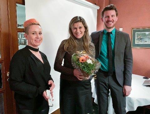 FEKK PRIS: Firda-journalist Astrid Iren Solheim Korsvoll (i midten) fekk pris for beste reportasje i helga. Her er ho saman med to av jurymedlemane, Ingvill Drægni og Jens Kihl.