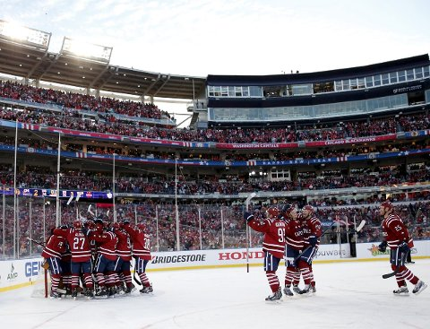 Klassiker: Slik så det ut da Washington Capitals feiret seieren over Chicago Blackhawks i årets «Winter Classic» i NHL. foto: Scanpix