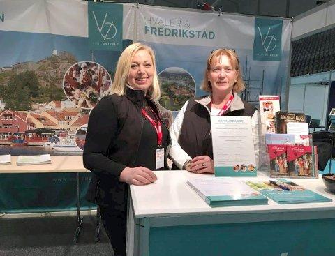 På plass: Caroline Pettersen (til venstre) og Tove Bergseng i Visit Fredrikstad og Hvaler er klare til å markedsføre plankebyen på reiselivmessen på Fornebu i helgen.