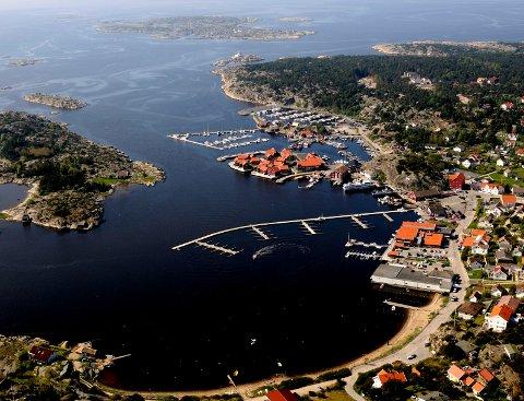 Vil trekke forbudsgrensen nærmere sjøen: Skjærhalden er ett av de 27 områdene på Hvaler hvor byggegrensen kan legges nærmere sjøen. (Arkivfoto: Erik Hagen)