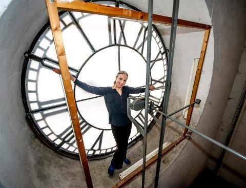 FRØKEN UR: Kirketjener Inger Johanne Østby har ansvaret for å stille klokken i Domkirken.
