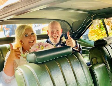 Anita og John Nock var blant parene som ikke lot koronapandemien hindre drømmebryllupet i fjor, selv om en bryllupet måtte utsettes en stund.
