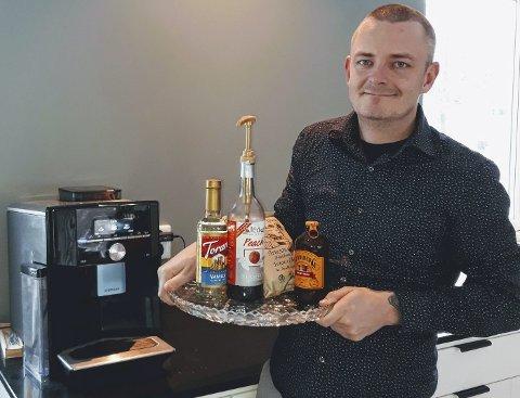 Bjørn Kopperud med noen av de produkter som han selger i Kaffekoppen Distribusjon.