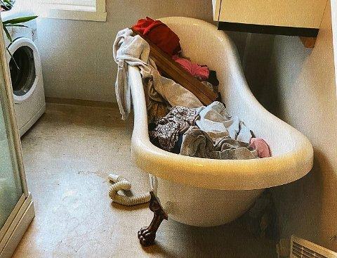 UTLEIETRØBBEL: Leietakeren til utleier Bjørn Haugom har satt inn et badekar på badet, uten å koble det til et sluk. Haugom hevder hun derfor har latt vannet flyte utover gulvet, noe som har ført til vannskader i taket i førsteetasje. Haugom har fått bekreftet av en rørlegger at skadene ikke skyldes tette rør.