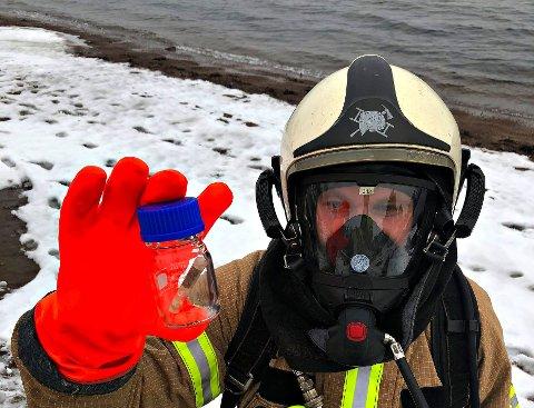 FARLIG FUNN: – Vi plukket den opp, la den i et lukket prøveglass og overleverte det til politiet på stedet. Det var fort gjort, sier brannmester Sven Erik Anderssen.