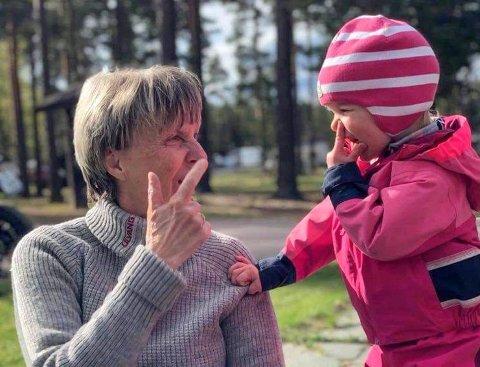 PÅ HVER SIN SIDE: Bestemor Birgitta Kristiansen har savnet å være sammen med barnebarnet Emma (2).
