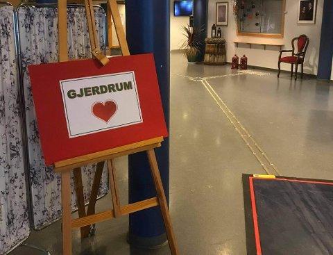 Beboere og ansatte ble møtt av et hjerte ved inngangspartiet til Nes sykehjem.